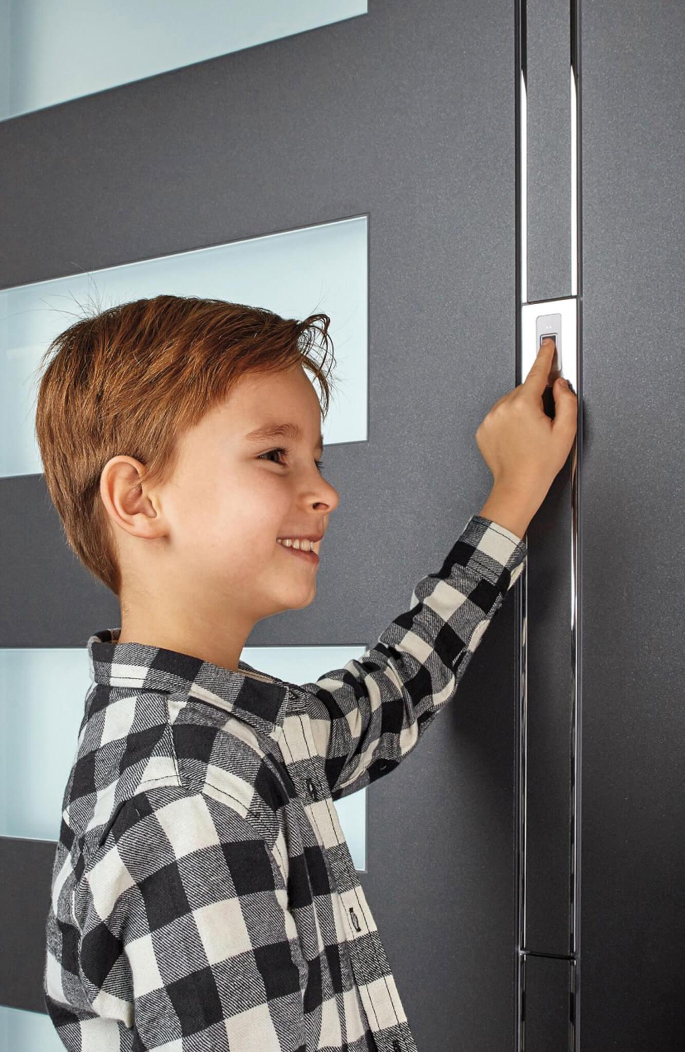 Fingerscan an Haustüre bedient durch Junge