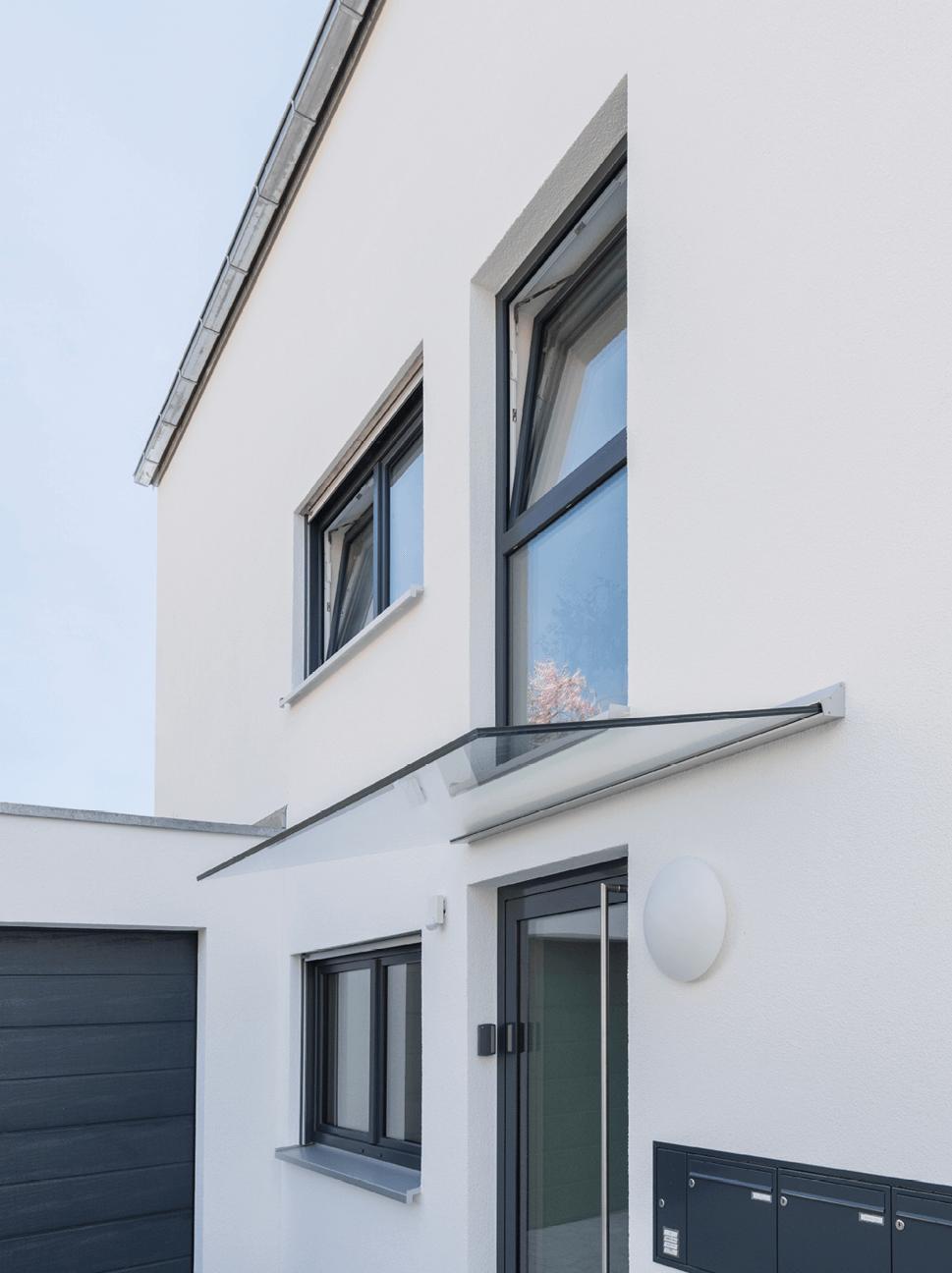 Vordach bestehend aus einer Ganzglasscheibe